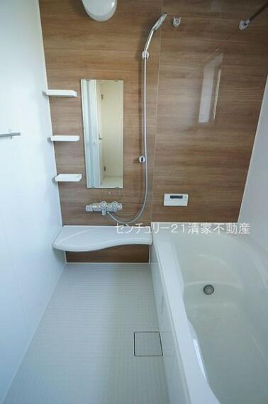 浴室 3号棟:浴室乾燥機で雨の日でも楽々お洗濯!(2021年09月撮影)