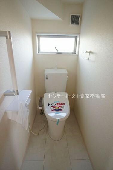 トイレ 3号棟:手すりがついているため、ご年配の方も安心(2021年09月撮影)