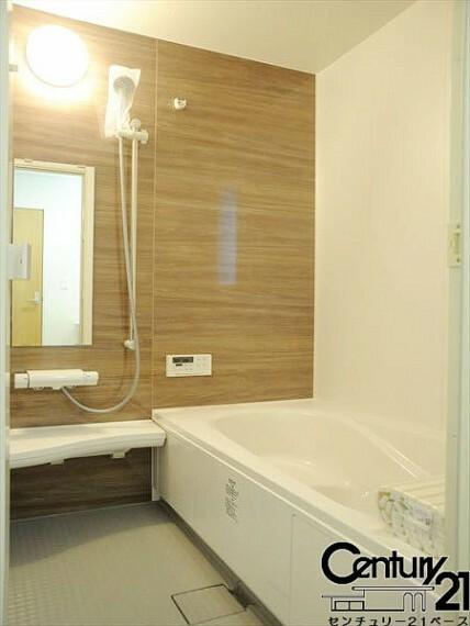 同仕様写真(内観) ■浴室暖房乾燥機が付いており、雨の日でも洗濯物が乾かせるので大助かりです!■