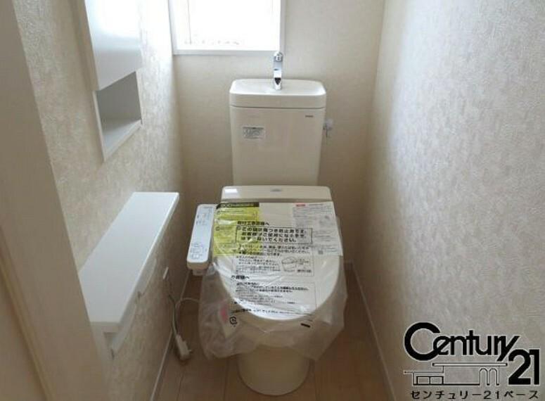 同仕様写真(内観) ■従来品と比べ約70%も節水タイプのトイレです!1階・2階共にウォシュレット付き!■