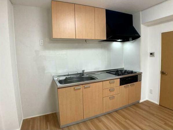 ダイニングキッチン 横に冷蔵庫がおけるスペースが確保されています。