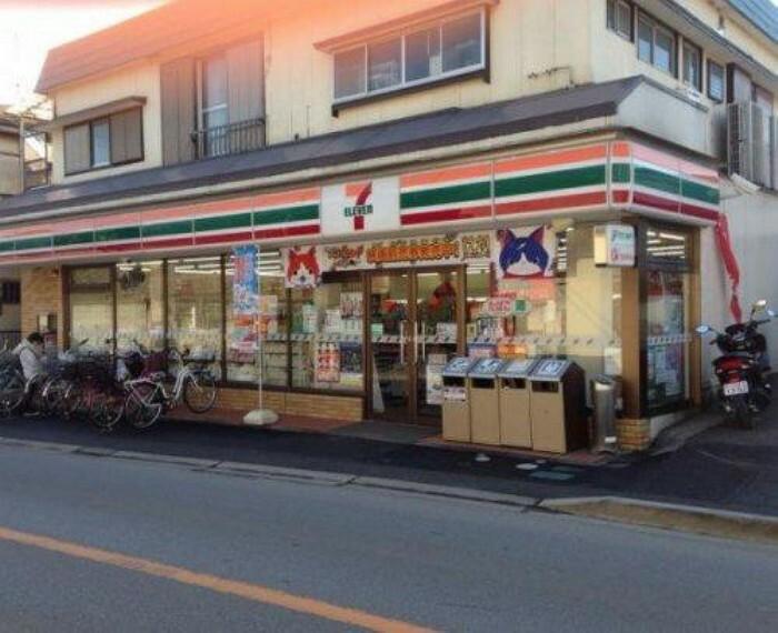 コンビニ 【コンビニエンスストア】セブンイレブン 三山店まで895m