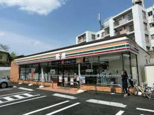 コンビニ 【コンビニエンスストア】セブンイレブン 柏原田辺店まで464m