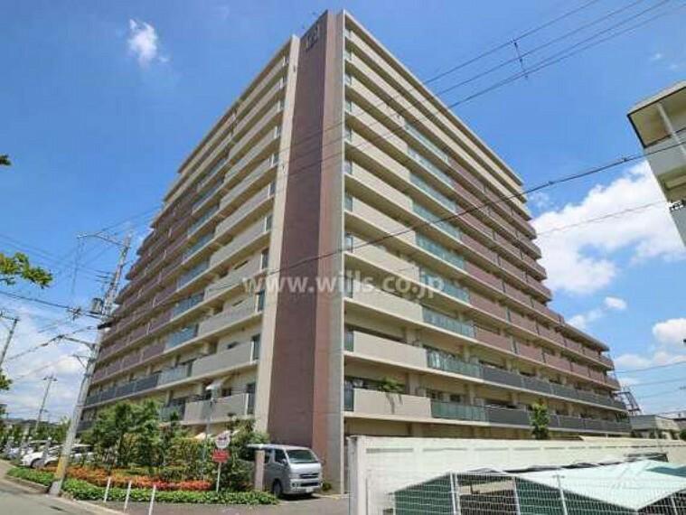 外観写真 エステムコート伊丹千僧アビエルトの外観(南西側から)建物12階、総戸数129戸の大きなマンションです。外壁はおしゃれなタイル張りです。