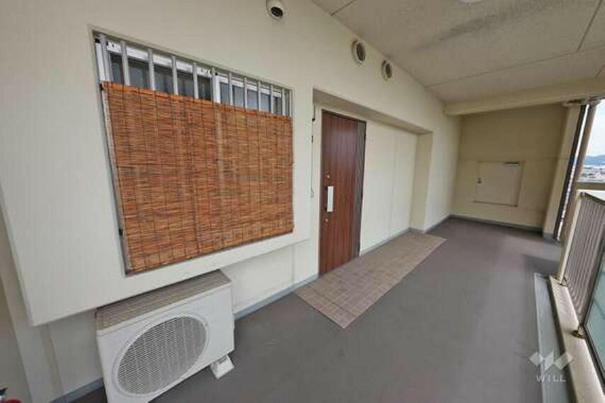 玄関 物件の玄関は、木目調の綺麗な引き扉です。玄関付近は十分なスペースがございますので、お荷物が多い日も安心です。