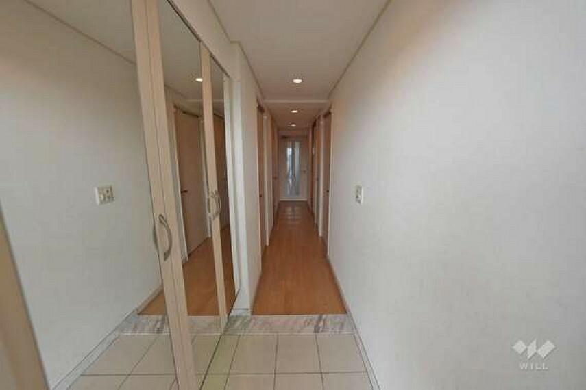玄関 玄関には、大きなシューズボックスがございます。大きな鏡も付いておりますので、お出掛け前の身だしなみチェックもばっちりです!