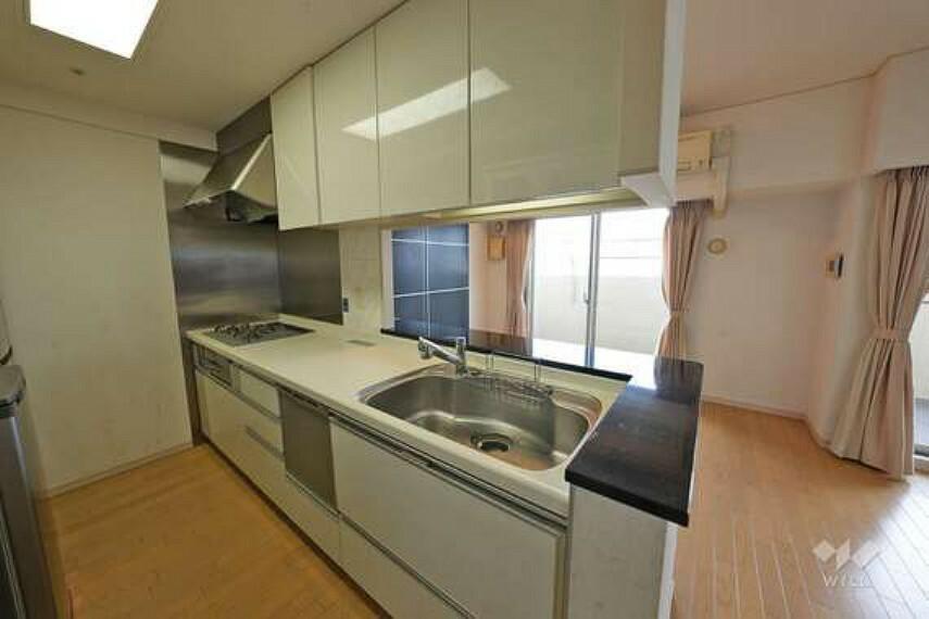キッチン キッチンはカウンタータイプです。お子様の様子を見たり、ご家族様との会話を楽しみながらお料理していただけます。