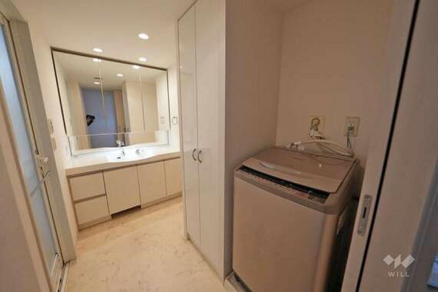 洗面化粧台 洗面室です。洗面台は大きな三面鏡タイプとなっており、朝の身支度や夜のスキンケアもより一層気合いが入りそうです。