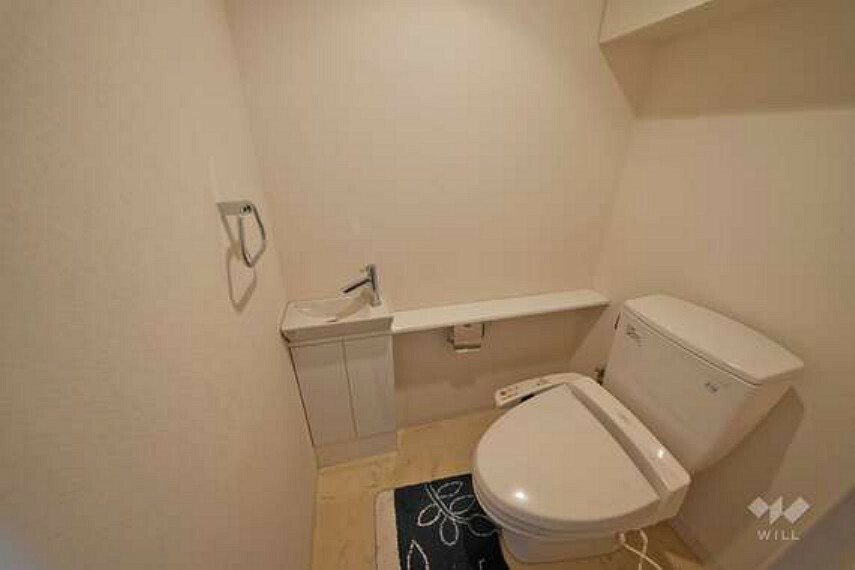 トイレ お手洗いです。戸棚がございますので、消耗品のストックやお掃除用具等を隠してすっきり収納していただけます。