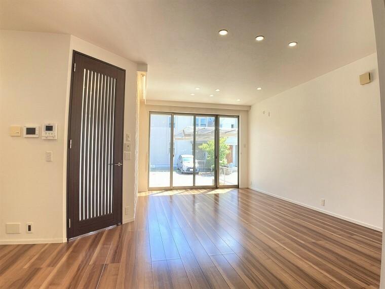 居間・リビング 大きな窓から陽の光がたっぷり注ぐ、明るいリビングです 間接照明とアクセントクロスでおしゃれなリビングです!