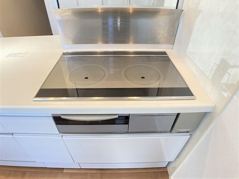 キッチン IHクッキングヒーターは表面がフラットなので、お手入れがしやすいですよ!