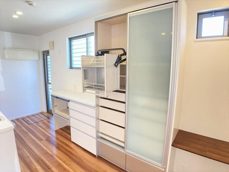 収納 収納豊富なキッチンです!高いところの物も可動式の収納で取り出しやすいですよ!機能的で便利な収納です。キッチンがすっきり片付きます
