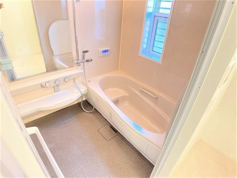 浴室 足を伸ばしてゆっくり湯船に浸かることができます お子様と一緒にお風呂を楽しめる広い浴室です