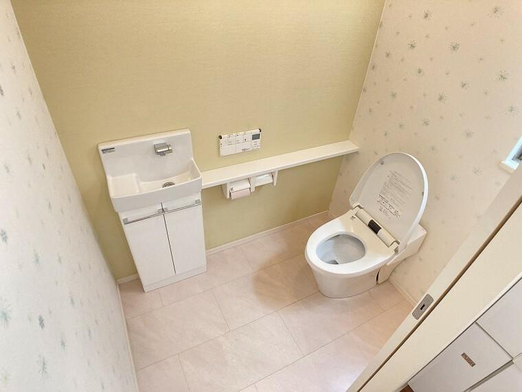 トイレ シンプルで機能的なミニ手洗い場付カウンターのあるトイレ。窓もあるので換気もバッチリです!