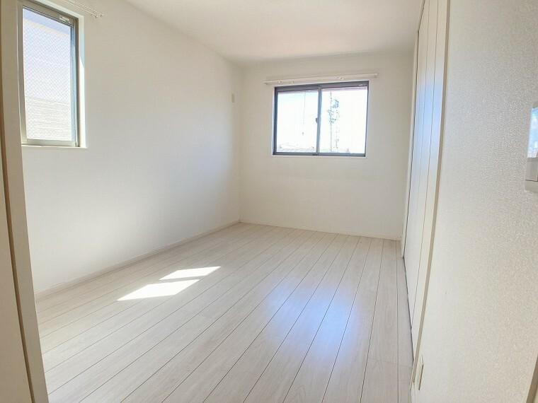 洋室 2面採光の白を基調とした明るいお部屋です