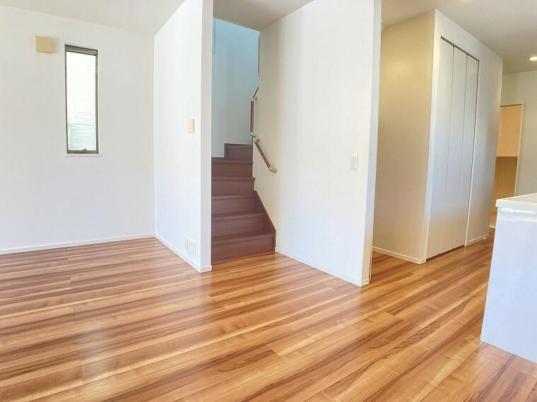 居間・リビング 人気のリビング階段!いつもご家族の温もりをを感じられる明るいリビングです