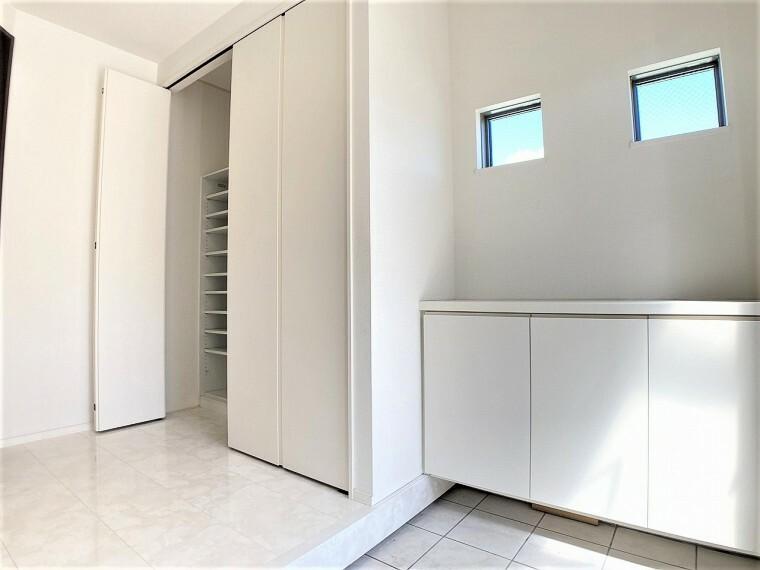 玄関 ゆったりした明るい玄関 収納もたっぷりあります
