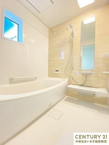 浴室 家族と一緒に入れる1坪タイプの浴室暖房乾燥機つきユニットバスです。ベンチ付き浴槽は全身浴だけでなく、半身浴も気軽に楽しめます。また、ベンチ部分が満水量を削減し節約にも効果を発揮します。