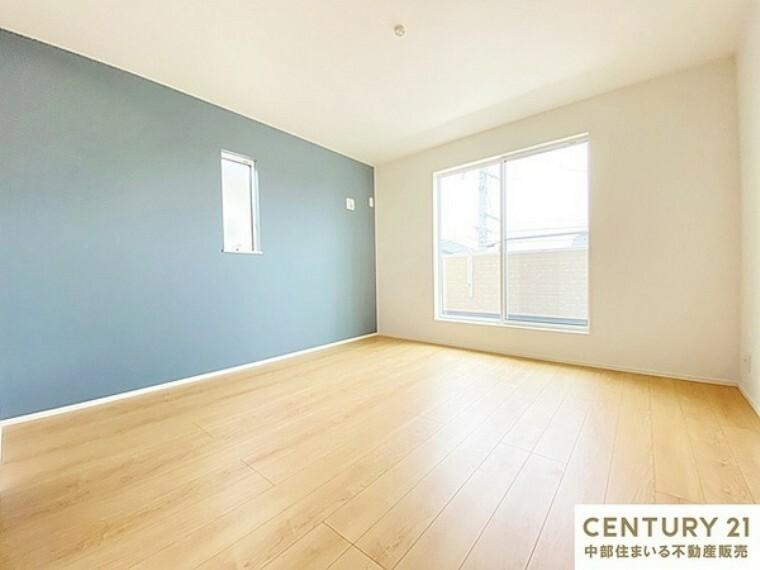 寝室 8.2帖洋室 バルコニーへ出られる大きな掃き出し窓からは陽射しが注ぎ込み快適なプライベート空間です。