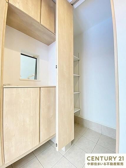 玄関 濡れた雨具やベビーカーをそのまま収納可能な土間収納や、スポーツ用品などの収納に便利な玄関収納