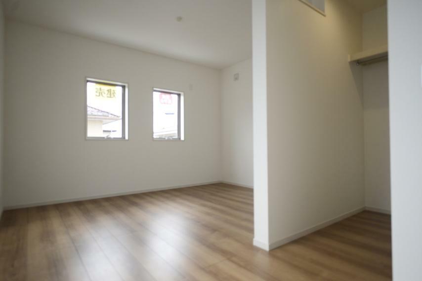 寝室 ウォークインクローゼット付きの主寝室。広々で大きなベッドも置けます!