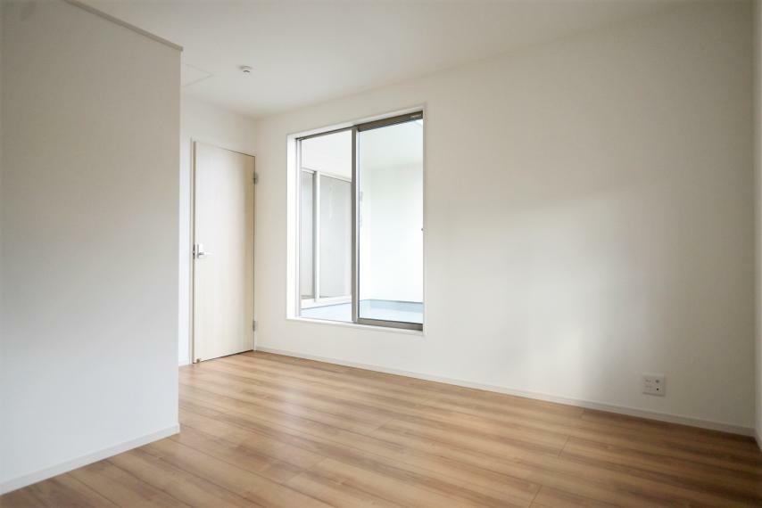 寝室 居室部分の窓ガラスには、2枚のガラスの間に空気層を設けたペアガラスを採用。高い断熱性と共にガラス面の結露対策にも効果を発揮します。