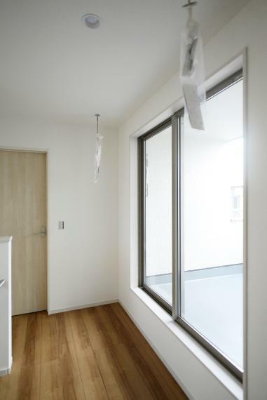室内物干し付きで洗濯物を取り込む際や雨の日の部屋干しに大活躍!