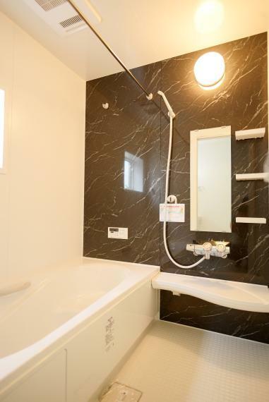 浴室 一日の疲れを癒してくれる、ゆったりとした広さのバスルーム。浴室暖房乾燥機つきで雨の日や花粉の多い季節でも浴室で洗濯物を干すことができます。