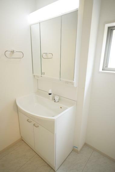 洗面化粧台 お手入れしやすいシャワー機能付洗面化粧台で、気持ち良く一日をスタート。