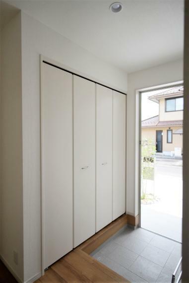 玄関 玄関は大型のシューズクローゼット完備!可動棚付きでお気に入りの靴もすっきり収納できます!