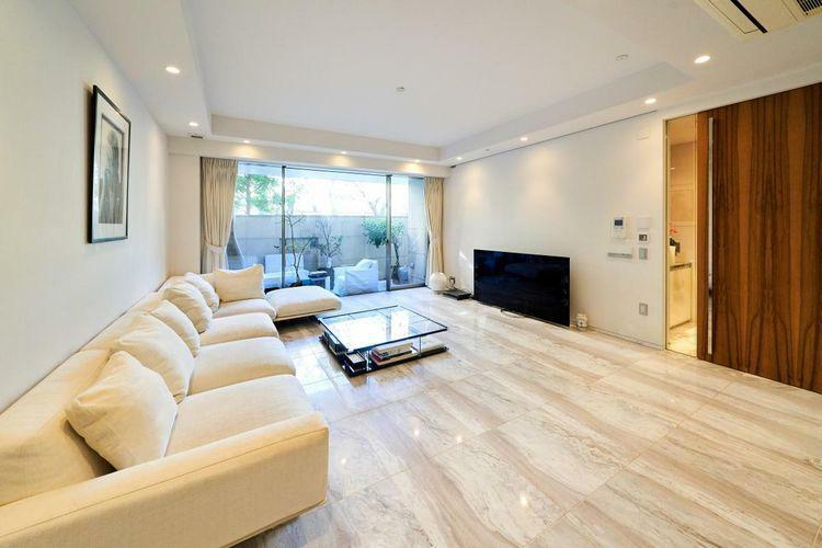 居間・リビング リビング・ダイニングは勿論、全居室からキッチンまで、足元から暖める床暖房を標準装備。空気を汚さず、快適な室内環境をつくります。