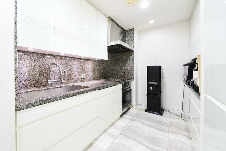キッチン 家事をサポートする様々な機能がそろった、機能的かつ衛生的なキッチン。水回りにはデザイン性の高いグローエ社製水洗を採用。浄水専用水洗も備え、使い勝手にも配慮しています。