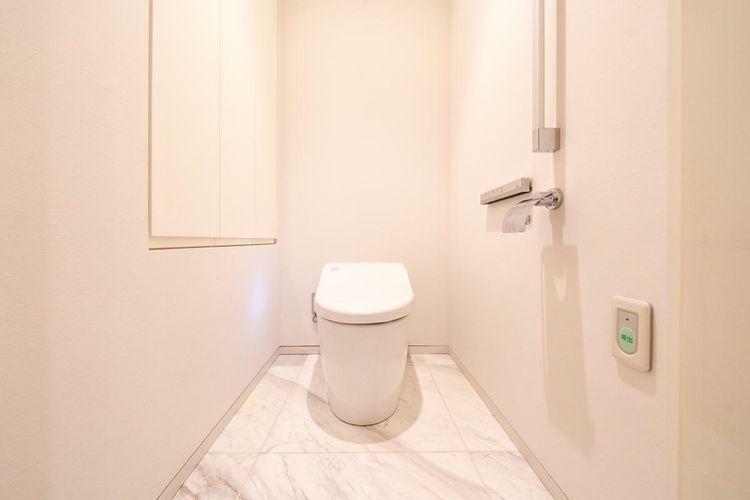 トイレ スマートなデザインのタンクレストイレ。落ち着きと高級感を演出します。すっきりとしたデザインで見た目にも広さとゆとりを感じることができます。