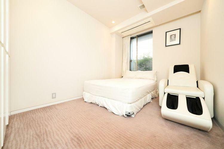 寝室 天井高2500mmの開放感のある造り。床暖房も完備されており、より快適な暮らしを実現。