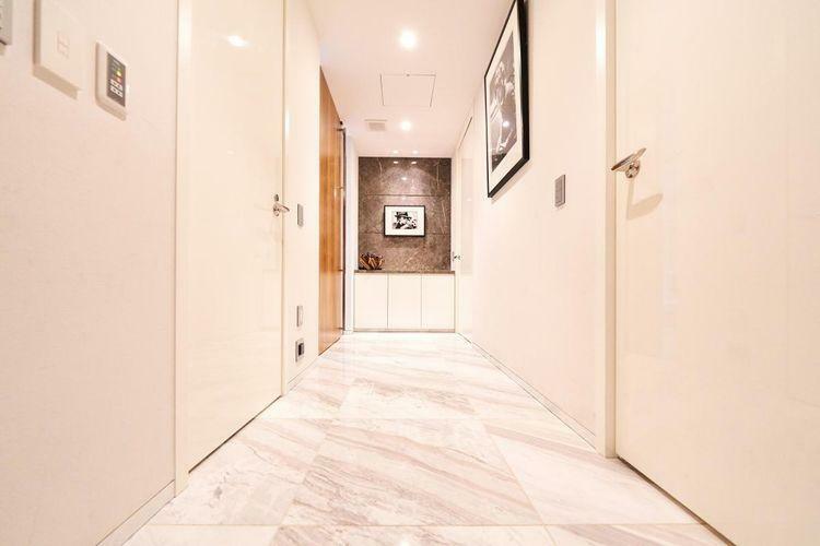 玄関 白を基調とした廊下は気品溢れ、清潔感のある雰囲気。お客様をおもてなしするには最適な空間を演出します。