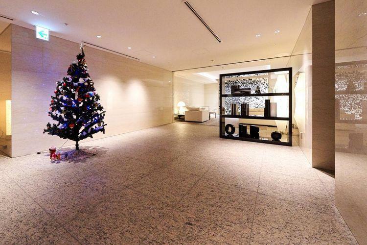 エントランスホール アートが飾られたエントランスホールは、モダン且つオーセンティックな雰囲気。御影石や錆石など天然の素材が贅沢に使われています。