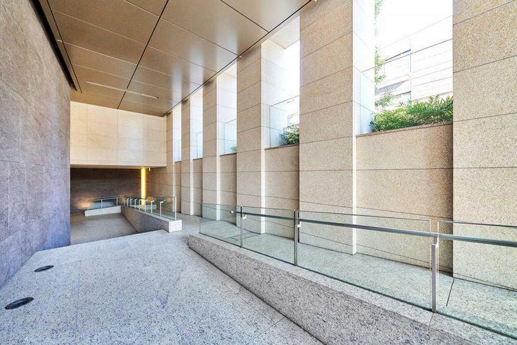 エントランスホール エントランスは都市空間から住空間への緩衝境界をつくる工夫が施されています。