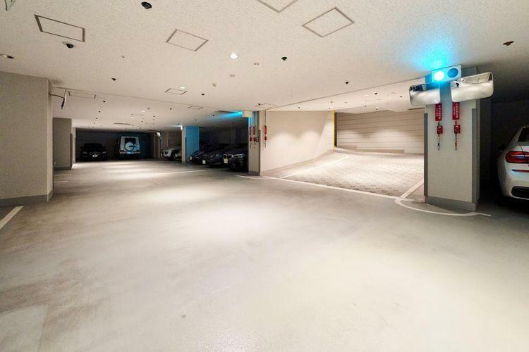 駐車場 地下には52台の駐車スペースを確保しております。内平置きは38台とスムーズな出し入れが可能です。全住戸分のトランクルームも完備。