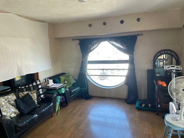 キッチン LDK東側壁面にはデザイン性の高い丸形の出窓付で採光・通風性良好です!