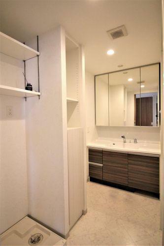 脱衣場 洗面室には収納も充実しています
