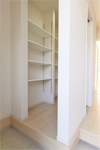 玄関 同仕様例。 散らかりがちな玄関も大容量のシューズクロークですっきり収納できます!