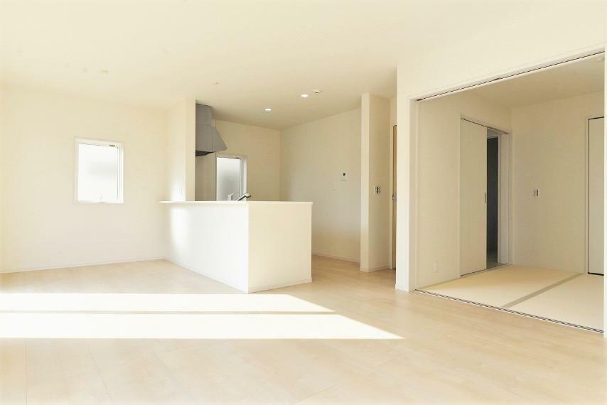 居間・リビング 同仕様例。 二面採光で陽当りも風通しも良好!