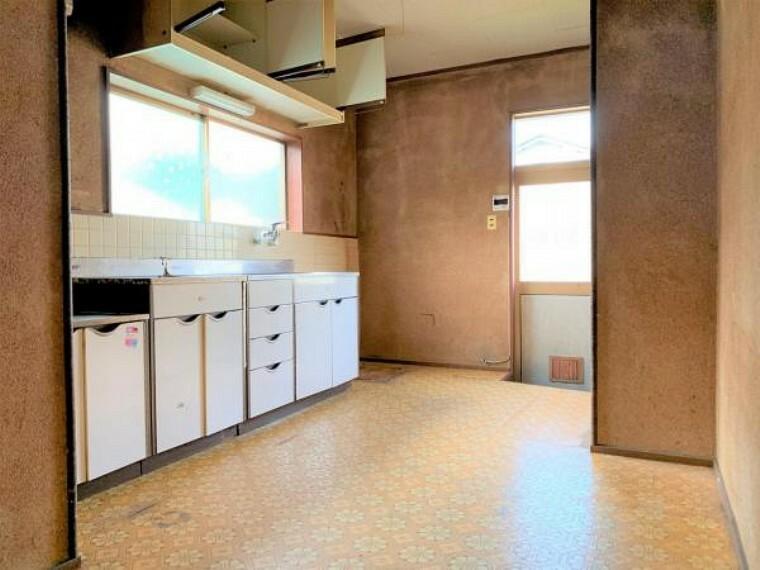 キッチン 【リフォーム中】キッチンはパントリー3帖へ変更予定です。クッションフロア張り、クロス張替え、照明交換、建具交換を予定しております。新設する棚は棚板の高さ変更ができるので、無駄なスぺースなく収納できます。