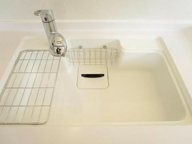 【同仕様写真】交換予定のキッチンのシンクは汚れが付きにくく熱に強い人工大理石製です。天板とシンクの境目に継ぎ目がないのでお掃除ラクラク。キッチンをより清潔に保てます。