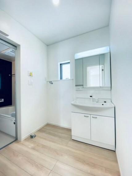脱衣場 写真は実際とは異なる場合がございますが、同社・同仕様を内覧し体感できるお部屋をご紹介可能です。 先に同社物件を見ることで、少しでも長く検討時間を確保できます!