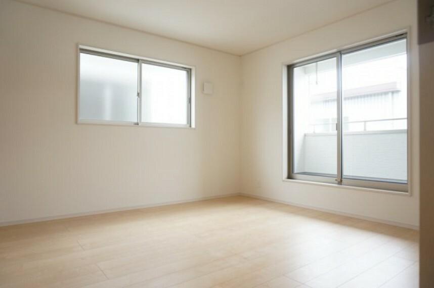 寝室 主寝室は広めの間取りになっております。