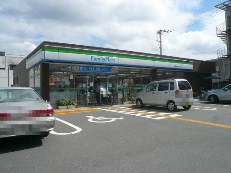 コンビニ 【コンビニエンスストア】ファミリマート 高知愛宕町一丁目店まで532m