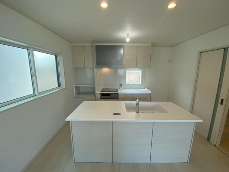 キッチン トップ・シンクは人造大理石、食器洗浄乾燥機付IH電気調理器(グリル付)、扉はソフトクローズ機能付