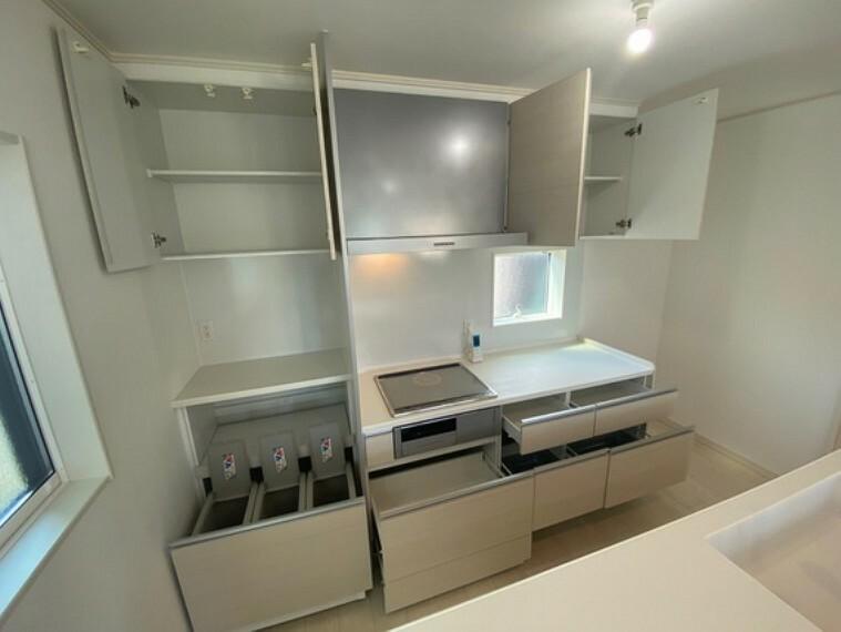 キッチン 大容量収納可能なカップボード設置。コンセントも多く家電製品を使うときにも便利です。ゴミ箱も設置済み。