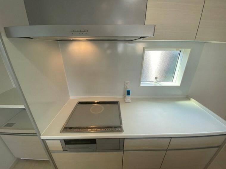 キッチン オール電化住宅なのでコンロはIHクッキングヒーター採用!光熱費をグッとおさえられますね!